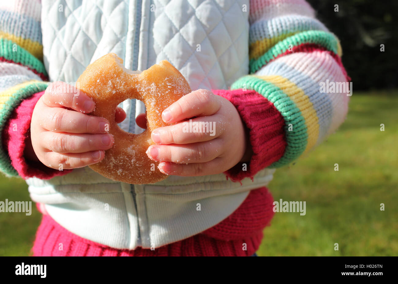Mädchen über Essen und Naschen auf ungesunde Lebensmittel Stockbild