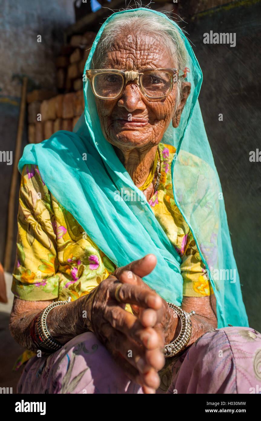 Earring glasses stockfotos earring glasses bilder alamy for Indische tur