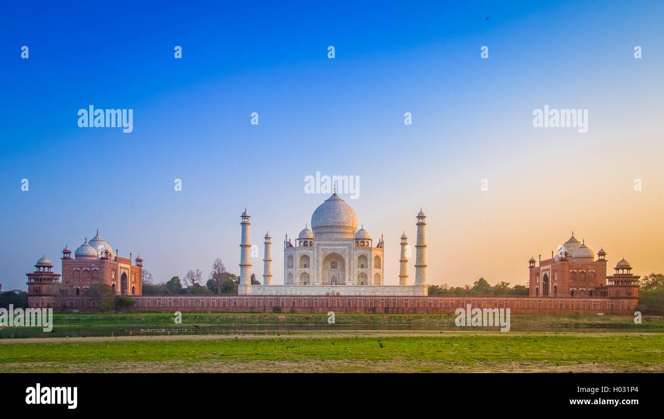 Panorama des Taj Mahal von der Nordseite über den Fluss Yamuna bei Sonnenuntergang. Stockbild