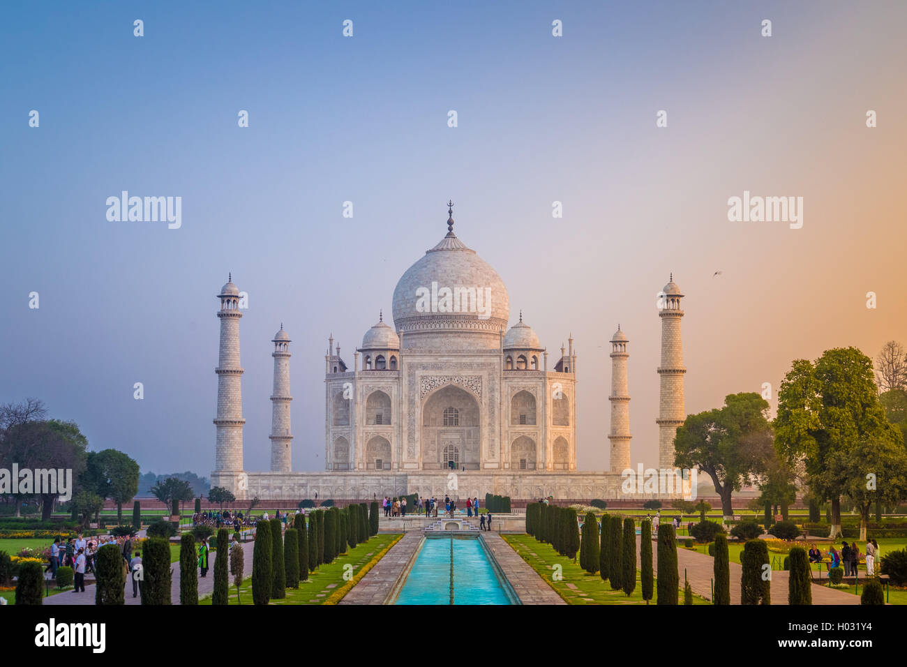 AGRA, Indien - 28. Februar 2015: Ansicht des Taj Mahal vor dem großen Tor. Südseite. Stockbild