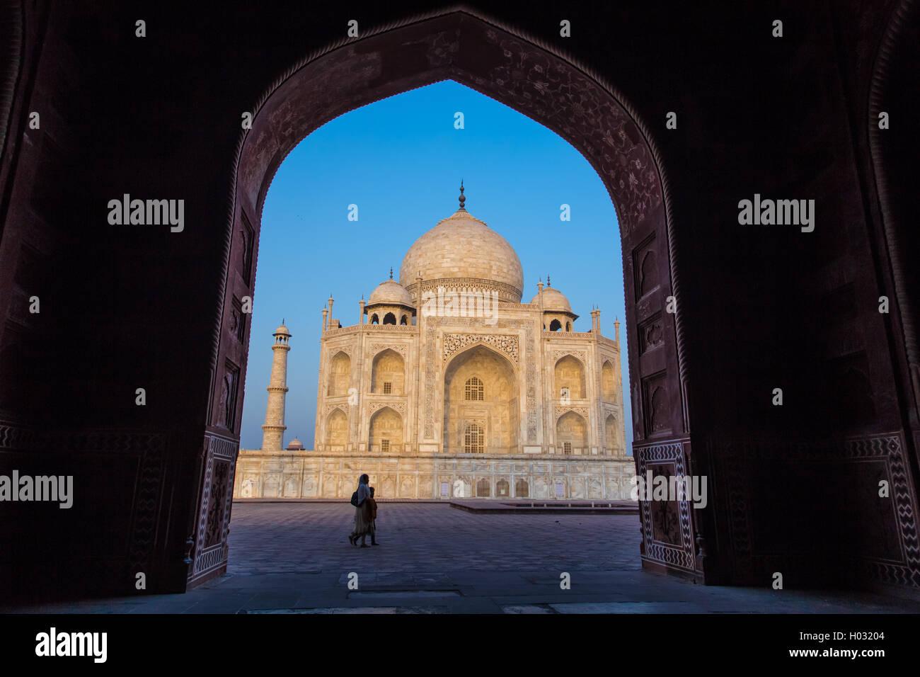 AGRA, Indien - 28. Februar 2015: Ansicht des Taj Mahal von innen Mihman Khana mit Passanten. Ostseite des Taj. Stockbild