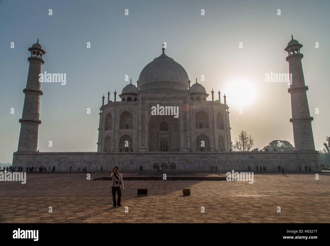 AGRA, Indien - 28. Februar 2015: Hintergrundbeleuchtung Ansicht des Taj Mahal aus West Side mit touristischen nehmen Stockbild