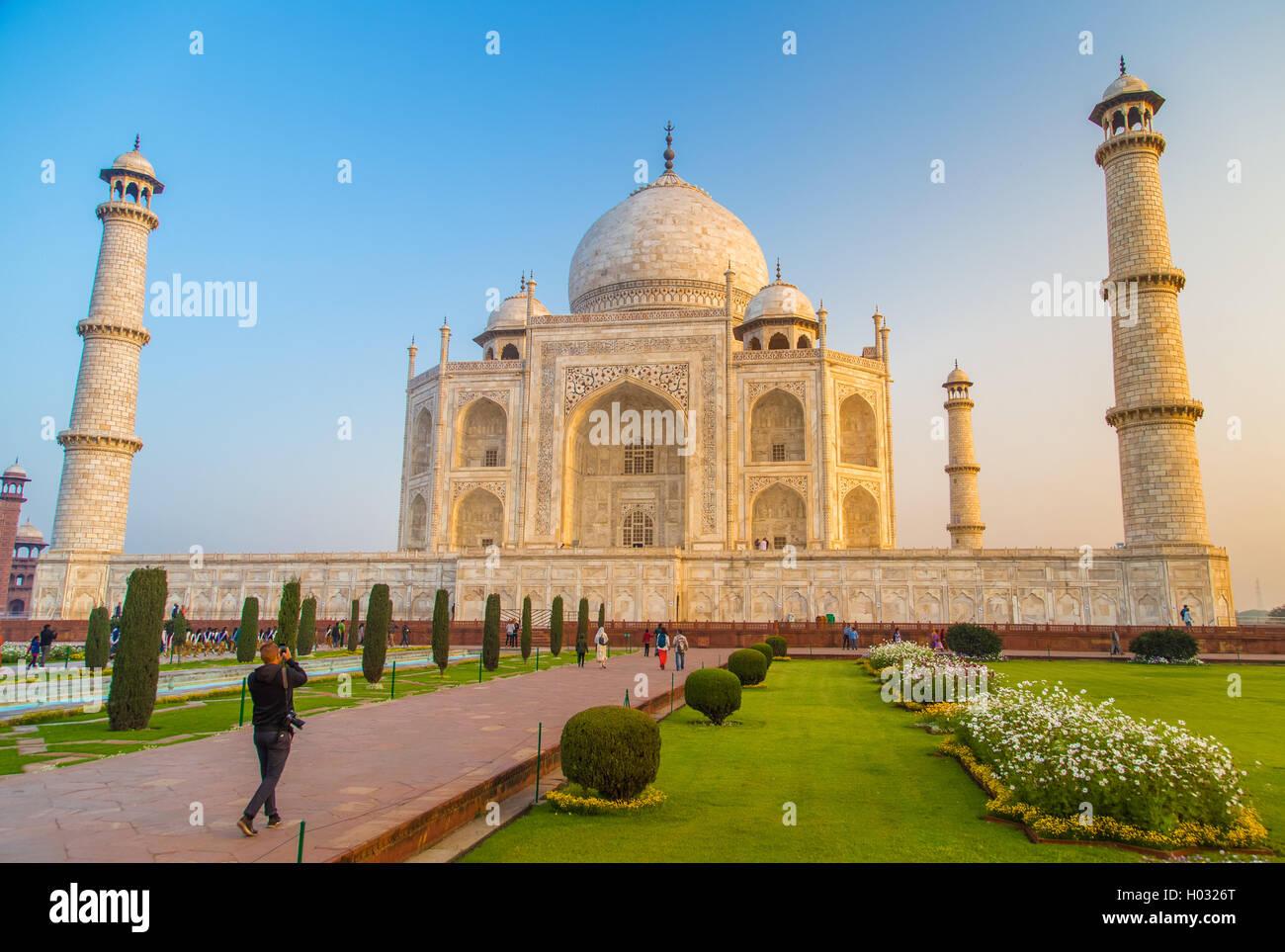 AGRA, Indien - 28. Februar 2015: Ansicht des Taj Mahal in Richtung Süden. Besucher mit Kamera. Stockbild