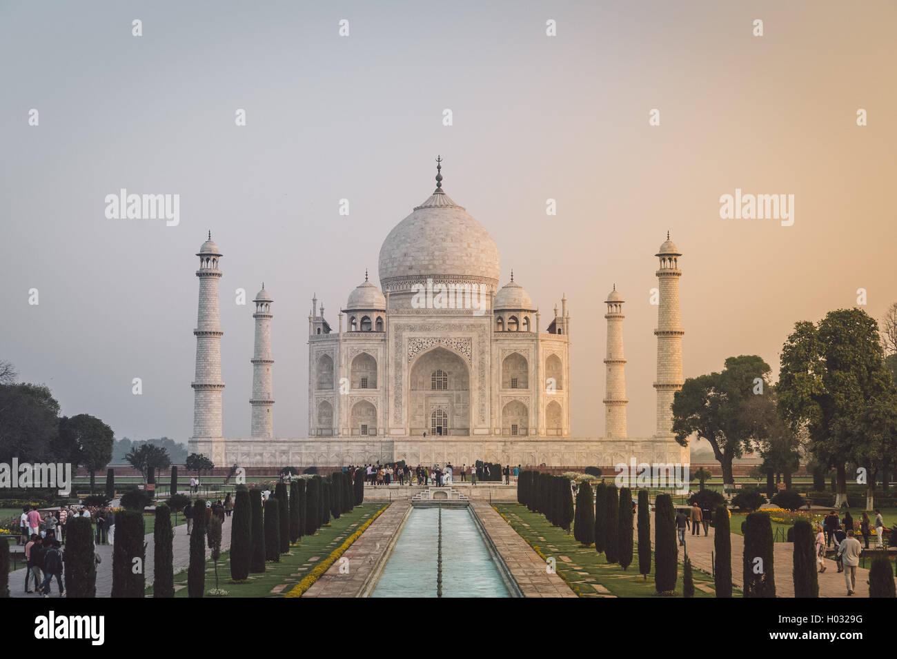 AGRA, Indien - 28. Februar 2015: Ansicht des Taj Mahal vor dem großen Tor. Südseite. Nachbearbeitet mit Stockbild