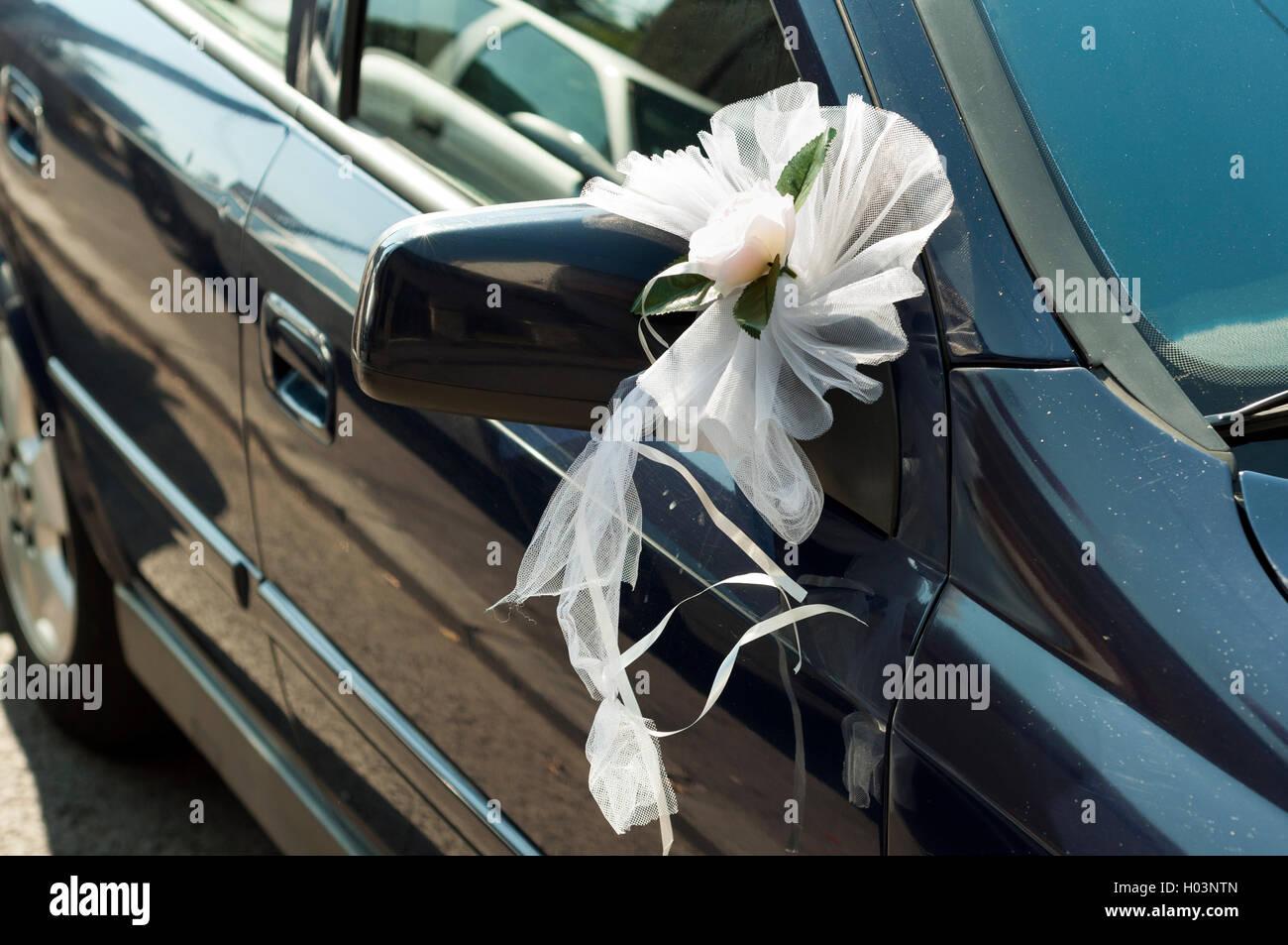Hochzeitsblumen Auf Einem Autospiegel Stockfoto Bild 120555589 Alamy