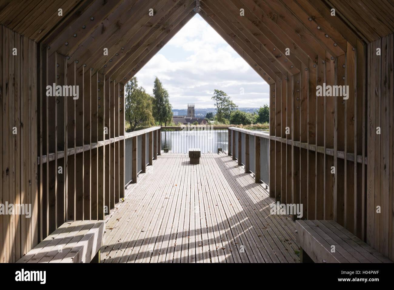 Larbert Woods bei Forth Valley Royal Hospital, - Sicht und eine Sitzecke mit Blick auf kleine Loch und Larbert alte Stockbild