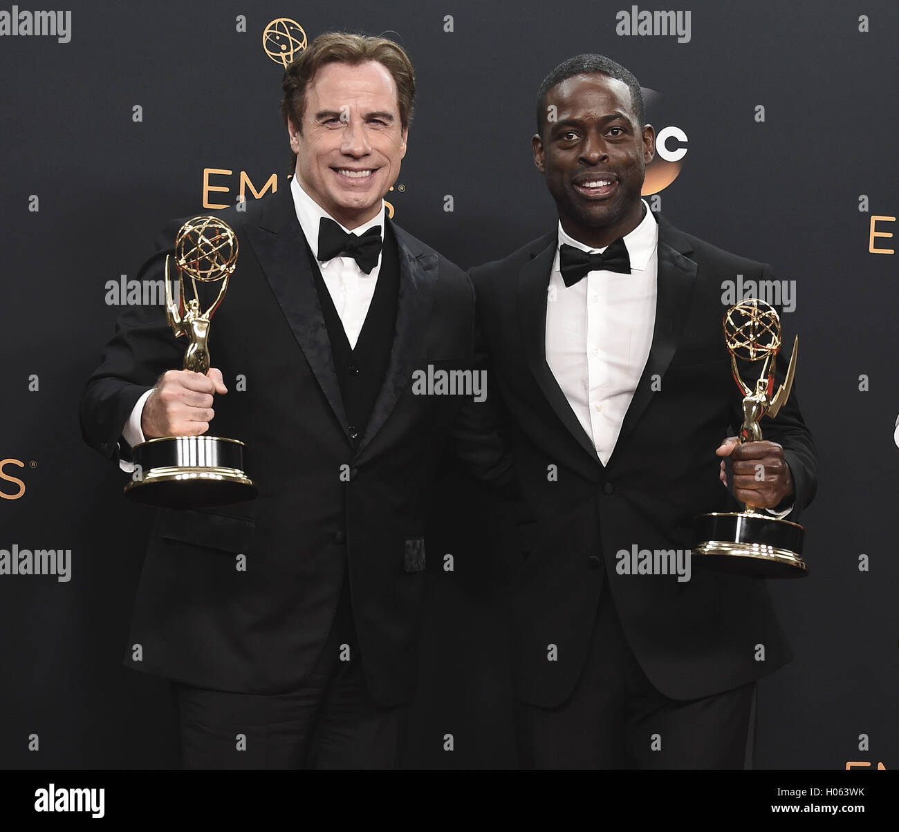 LOS ANGELES, CA - 18 SEPTEMBER: John Travolta und Sterling K. Brown im Presseraum auf der 68. Emmy Awards im Microsoft Stockfoto