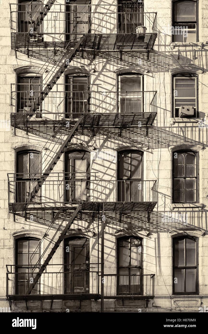 Typische New-York-City-Altbauwohnung mit Feuerleiter Leitern (antik-Look verarbeitet) Stockbild
