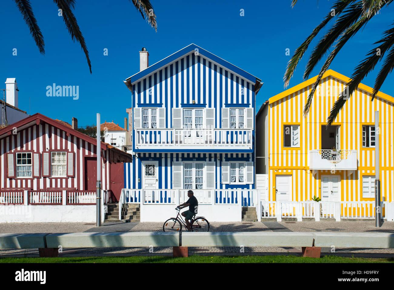 Bunte Streifen schmücken traditionelle Beach-Haus-Stil auf Häuser in ...