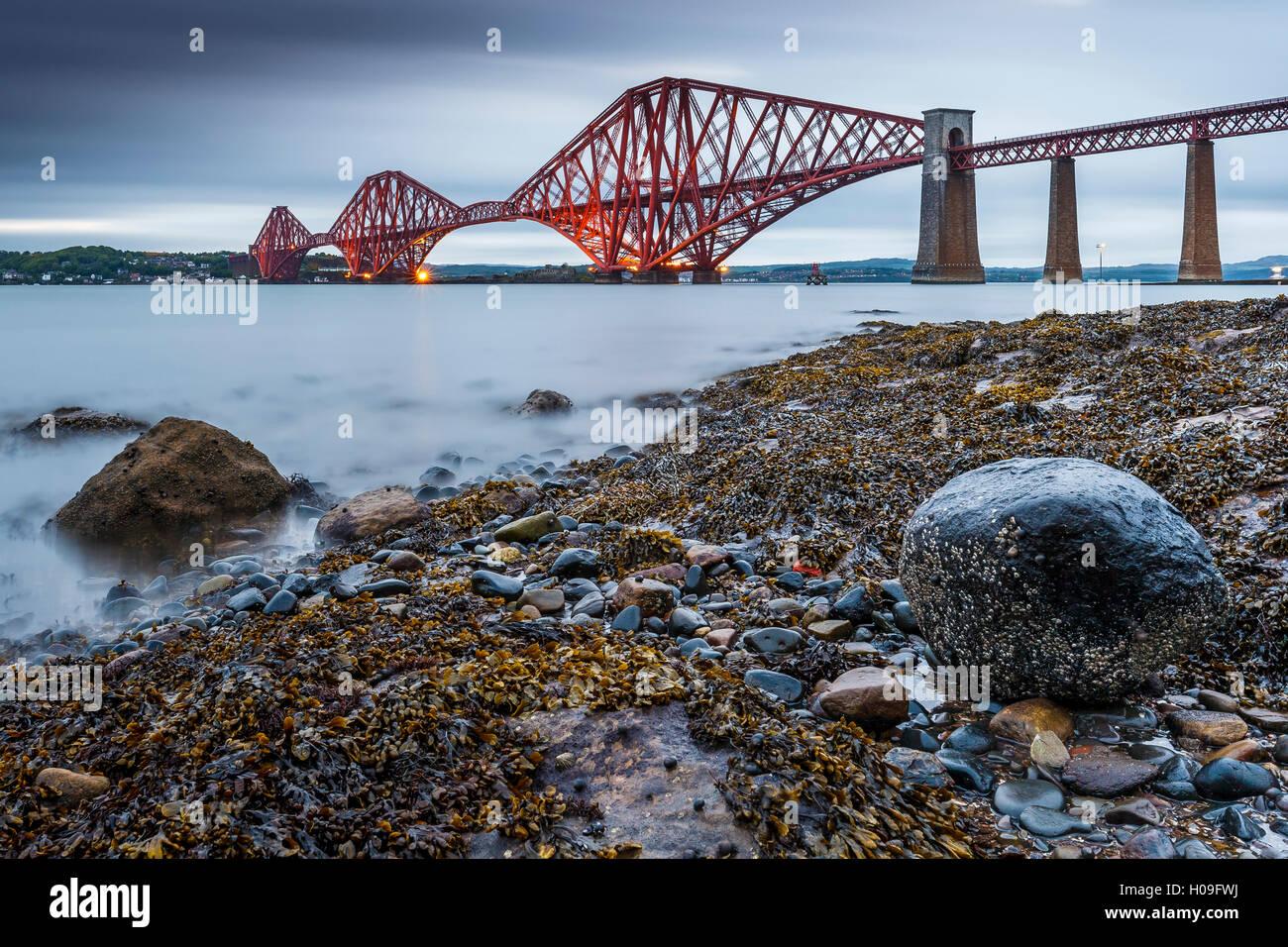 Erstes Licht über die Forth Rail Bridge, UNESCO, und den Firth of Forth, South Queensferry, Edinburgh, Lothian, Stockbild