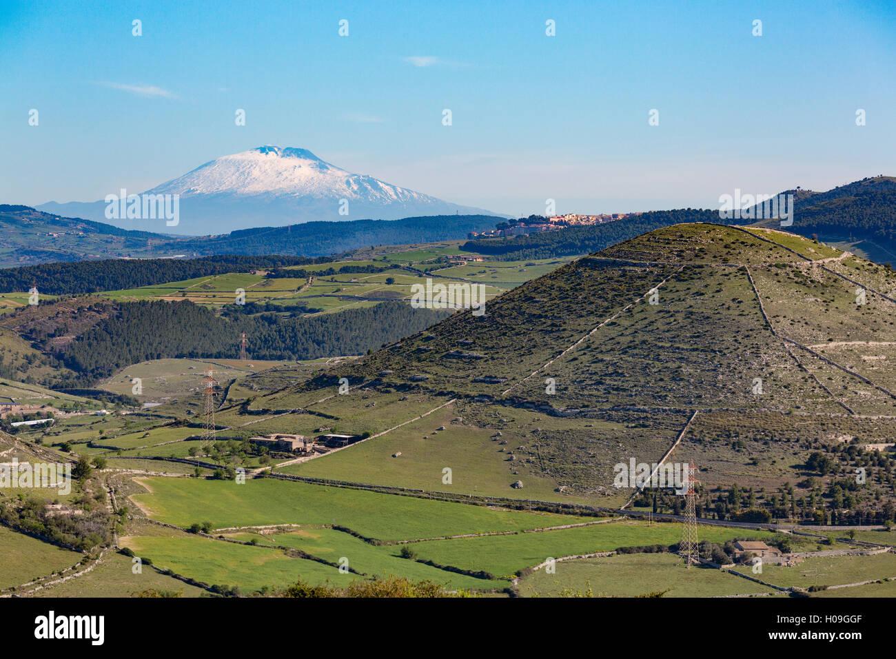 Die sizilianische Landschaft mit den ehrfurchtgebietenden Ätna, UNESCO und höchste aktive Vulkan Europas, Stockbild
