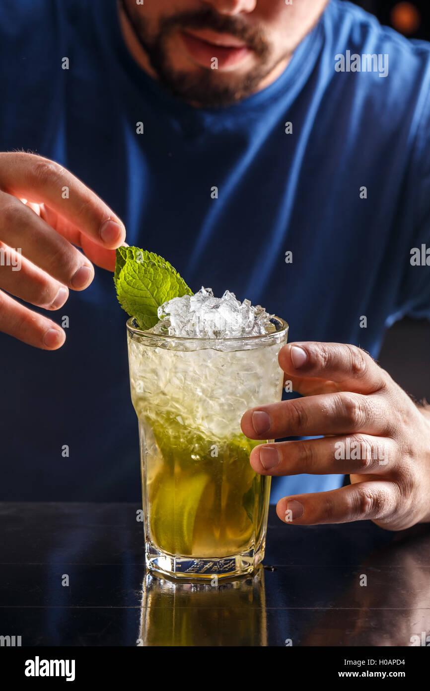 Barkeeper dekorieren Mojito cocktail trinken Stockbild