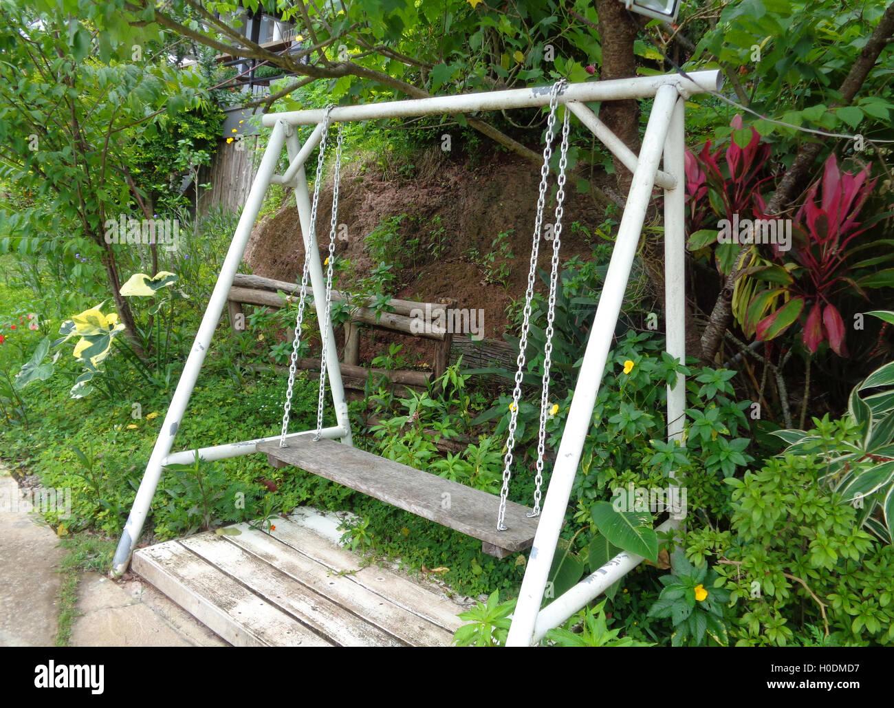 eine holzschaukel im tropischen garten stockfoto bild 120774003 alamy. Black Bedroom Furniture Sets. Home Design Ideas
