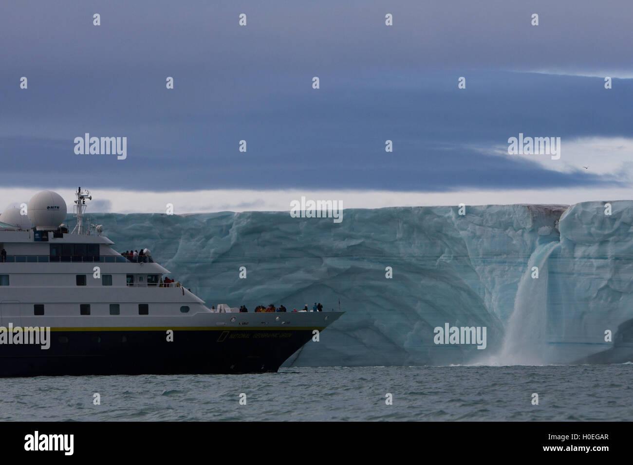 Der National Geographic Orion nähert sich einen Wasserfall auf der Eiskappe Austfonna von Nordaustlandet, Spitzbergen, Stockbild