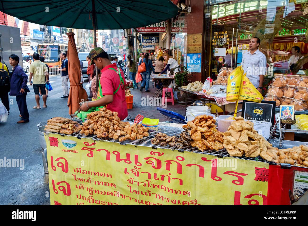 Eine Straße Garküche auf Yaowarat Road, Chinatown, Bangkok, Thailand ...