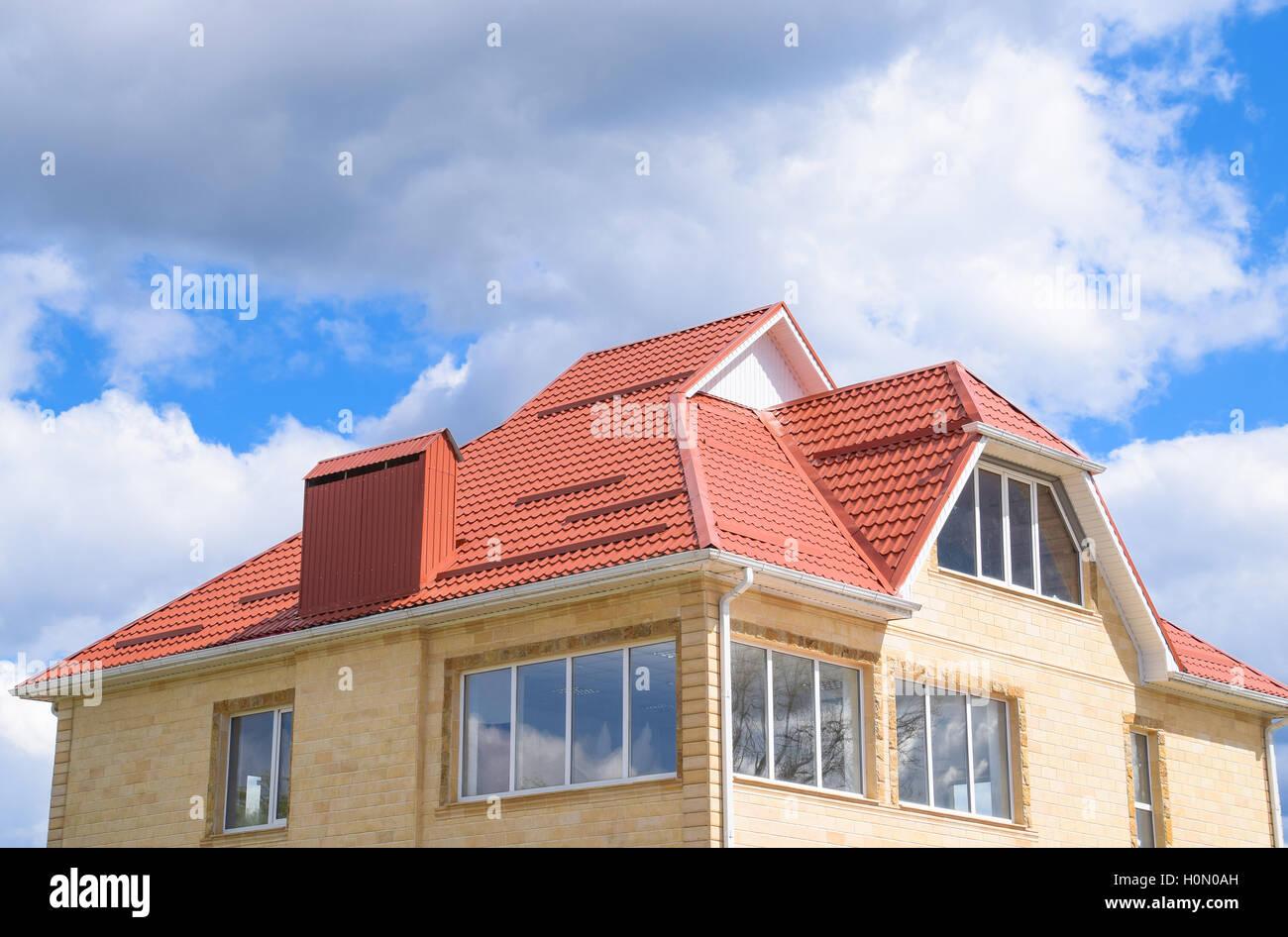 Das Haus mit Kunststoff-Fenster und ein Dach aus Wellblech ...