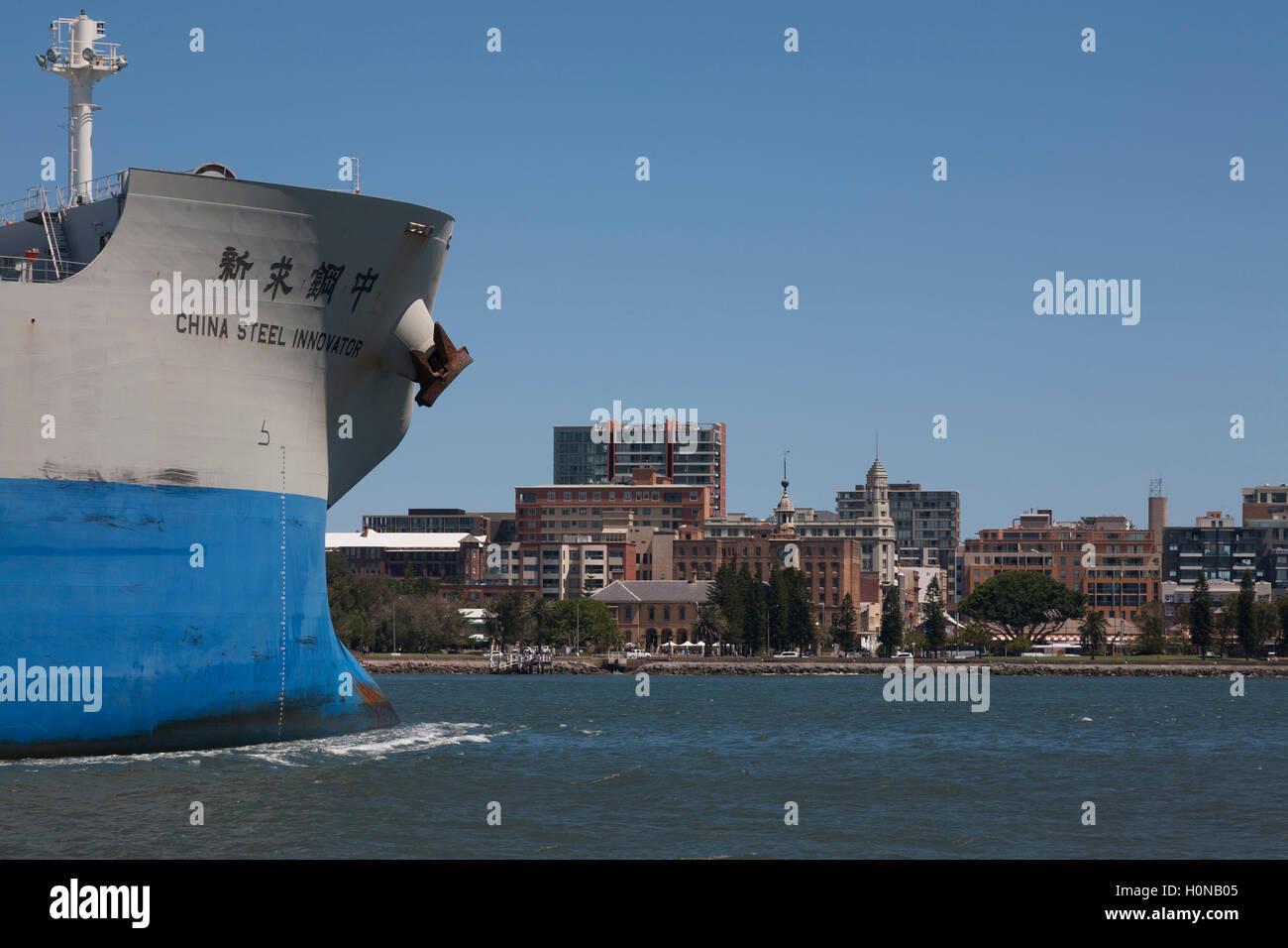 Capesize Bulk Carrier China Stahl Innovator kommt mit Hilfe der Hafen Schlepper im Hafen von Newcastle. Stockbild