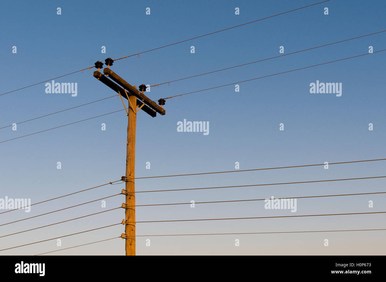 old wooden electric pole stockfotos old wooden electric pole bilder alamy. Black Bedroom Furniture Sets. Home Design Ideas