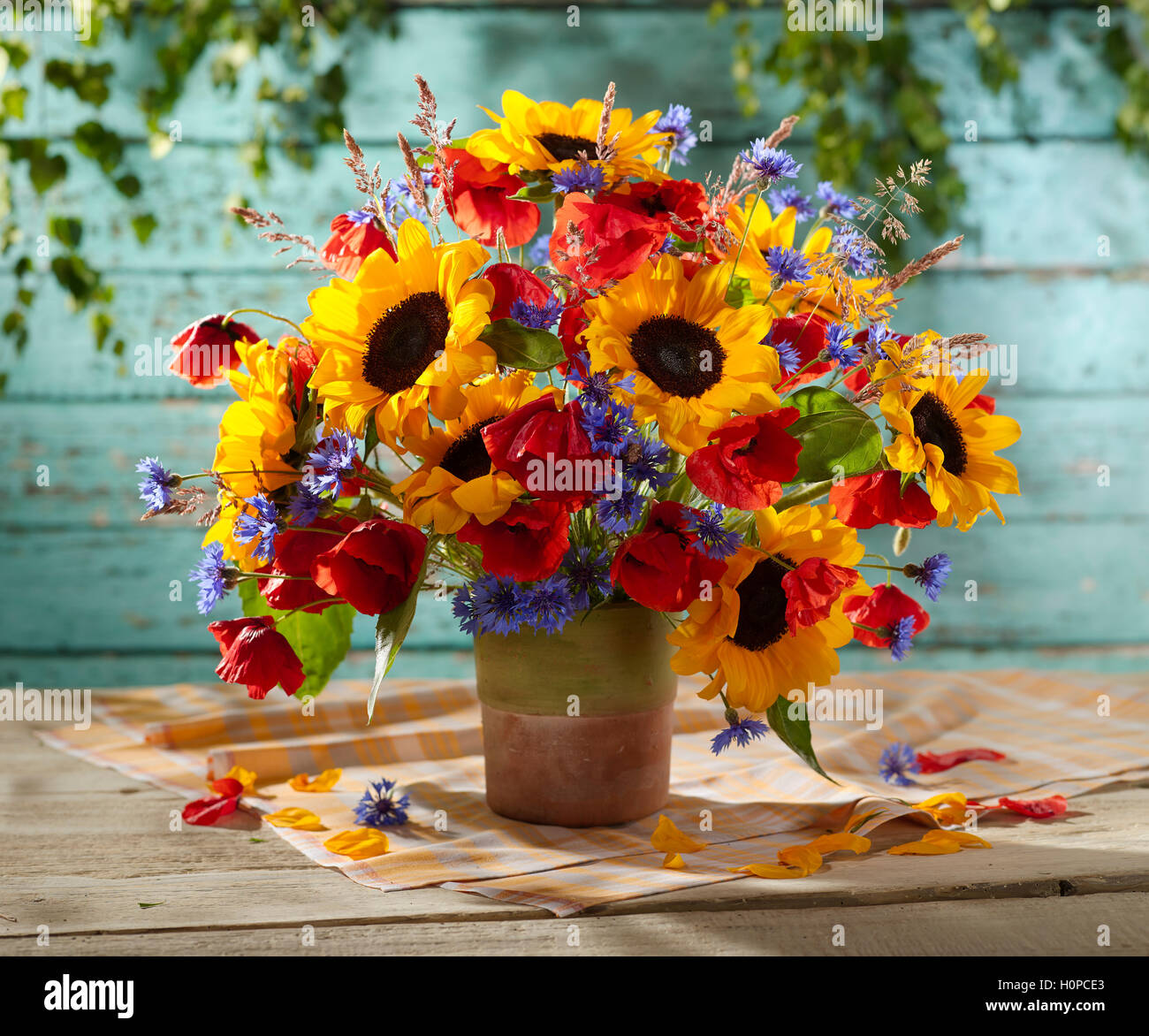 blumenstrau mit sonnenblumen mohnblumen kornblumen stockfoto bild 120965323 alamy. Black Bedroom Furniture Sets. Home Design Ideas