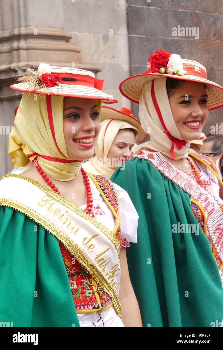 Romera Bürgermeister - Ana Méndez Rodríguez (rechts), Reina de Las Fiestas del Corpus - Eva Farrais Stockbild