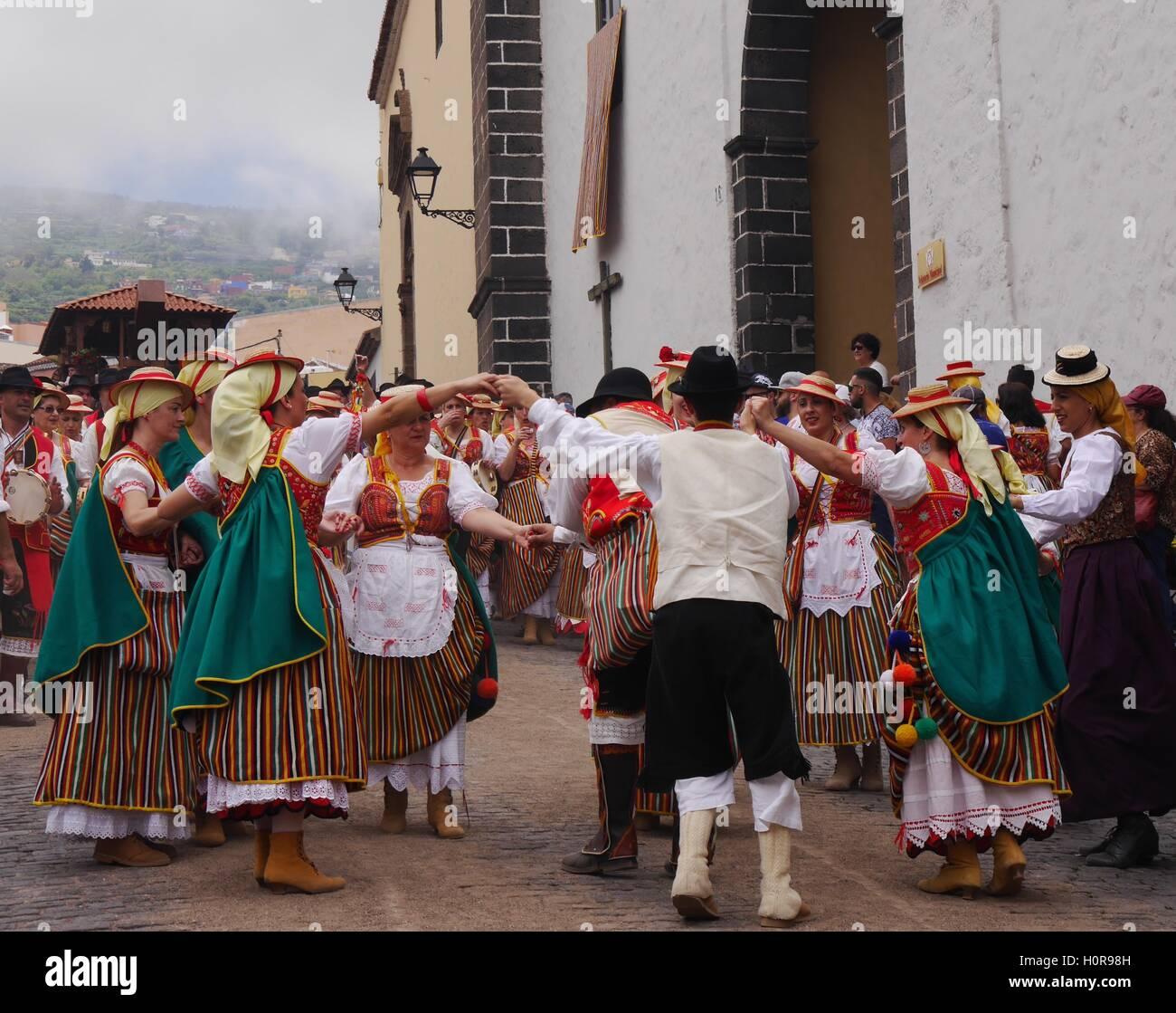 Menschen in Trachten, tanzen in der Romería de San Isidro Labrador, ein fest zu feiern Bauerntraditionen, La Stockbild