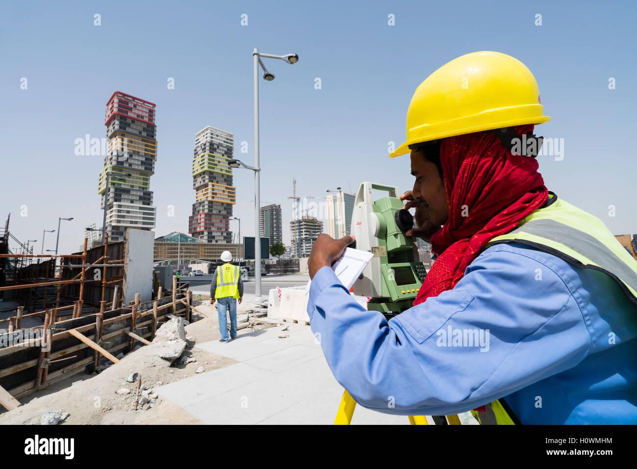 Bauarbeiter mit Theodolit am Lusail City neue Immobilienentwicklung in Doha, Katar Stockbild