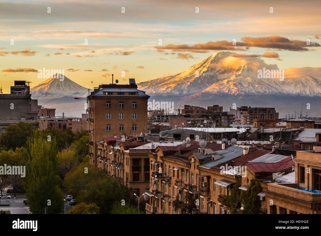 Die Hauptstadt Von Armenien Eriwan Blick Vom Cascade Mit Majestatischen Berg Ararat Stockfotografie Alamy