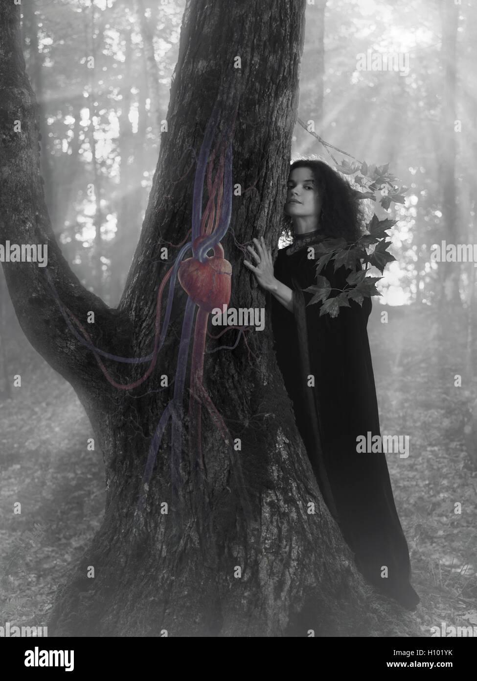 Frau Druide im Wald hören Sie den Herzschlag eines Baumes, künstlerische konzeptionelle schwarz / weiß Stockbild