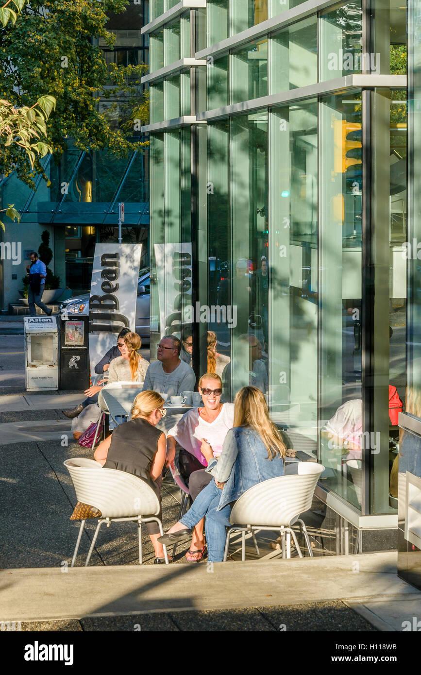 Frauen genießen Gespräch im Café Außenterrasse, Vancouver, Britisch-Kolumbien, Kanada, Stockbild