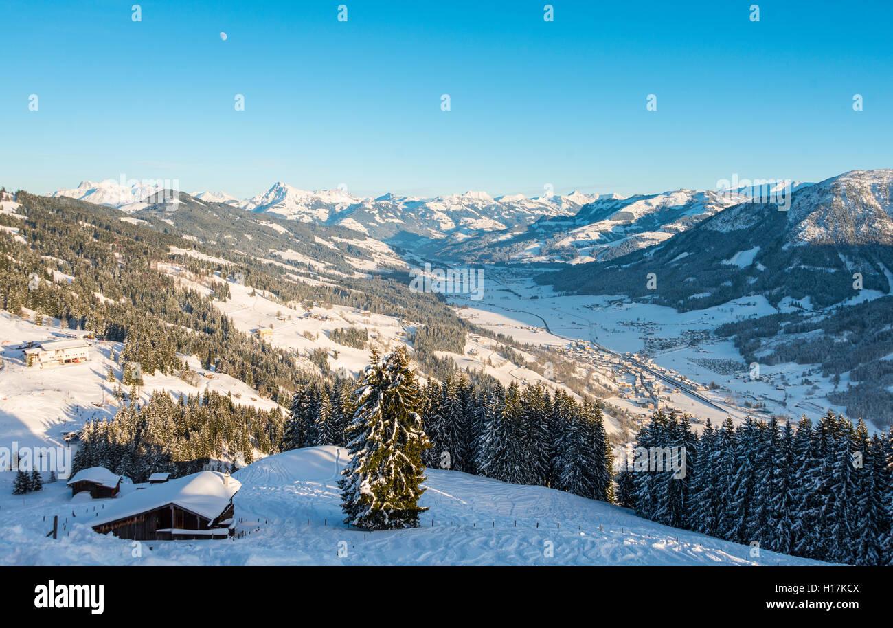 Blick auf die Alpen und das Inntal, Skigebiet, Brixen im Thale, Tirol, Österreich Stockbild