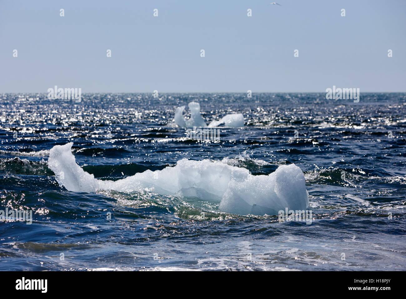 Eisberge am schwarzen Sandstrand am Jökulsárlón Island Abwasch Stockfoto
