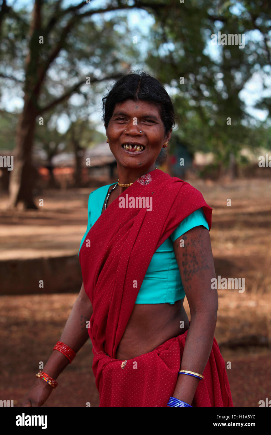 Tribal lächelnde Frau, gonchapar dhurwa Stamm, Dorf, Chattisgarh, Indien Stockfoto