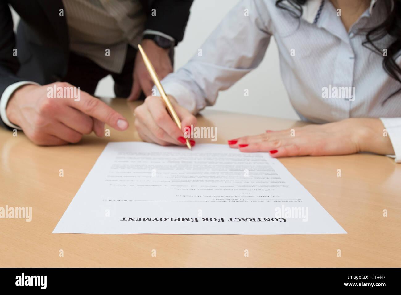 Arbeitgeber Zeigen Neue Mitarbeiter Wo Arbeitsvertrag