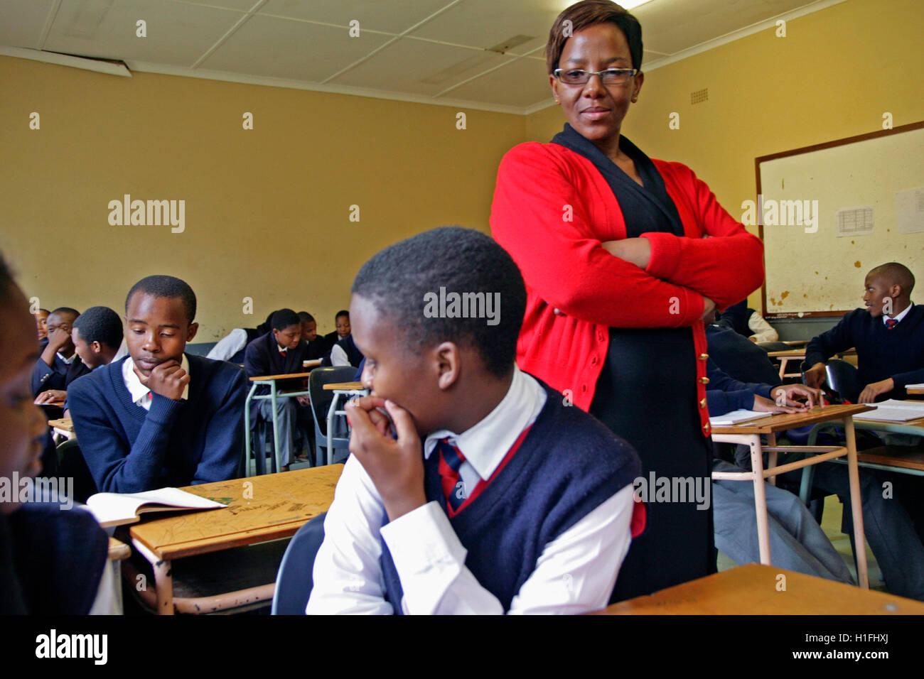 Lehrer mit Schülerinnen und Schüler im Klassenzimmer, Markus Schule, Mbabane, Hhohho, Königreich Stockbild