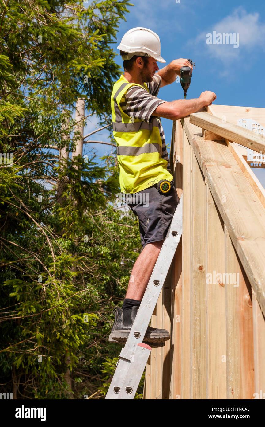 Wohnungsbau, UK. Arbeiten an den Holzrahmen von einem neuen Haus Baumeister Stockbild