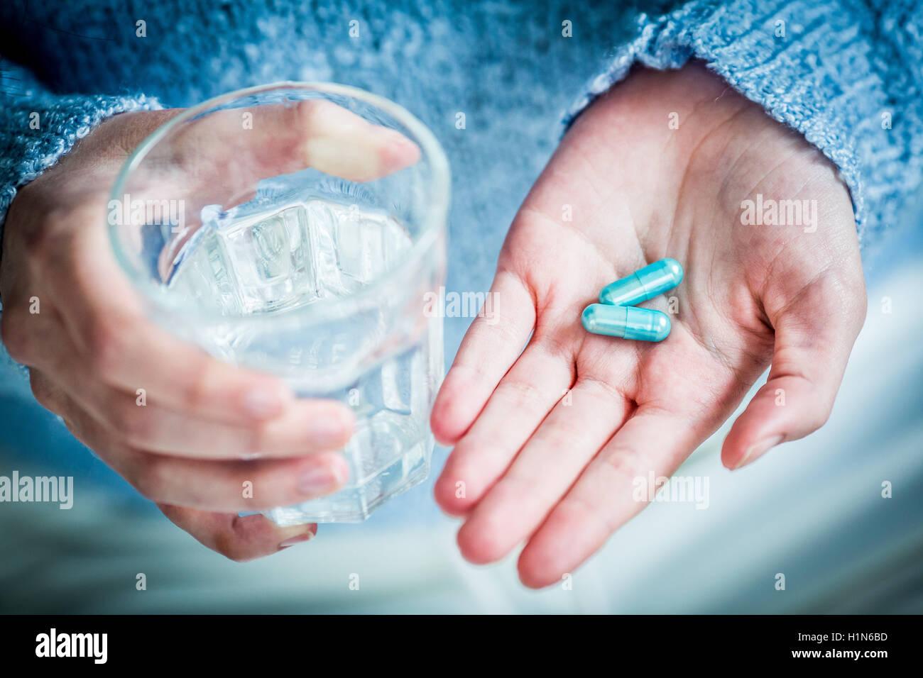 Einnahme von Medizin. Stockbild