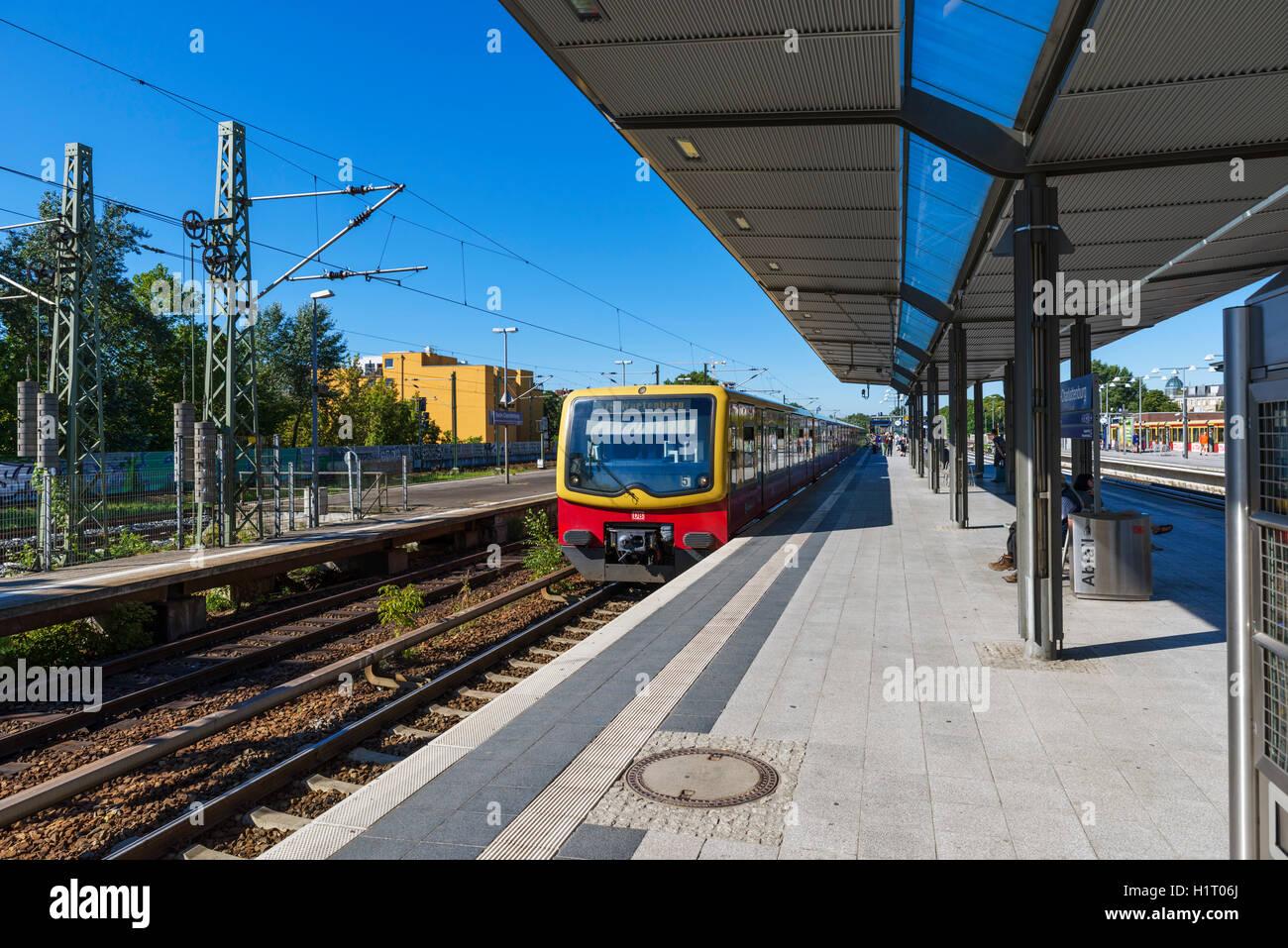 Eine S-Bahn-Zug am Bahnhof Charlottenburg, Berlin, Deutschland Stockbild