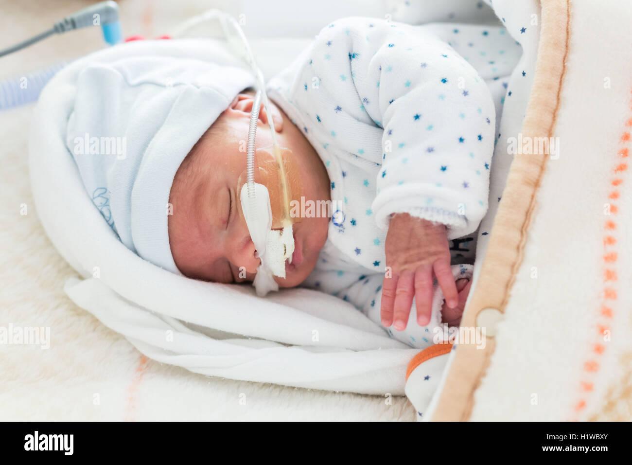 Vorzeitigen Neugeborenen unter Unterstützung der Atmung, CHU Bordeaux gestellt. Stockfoto