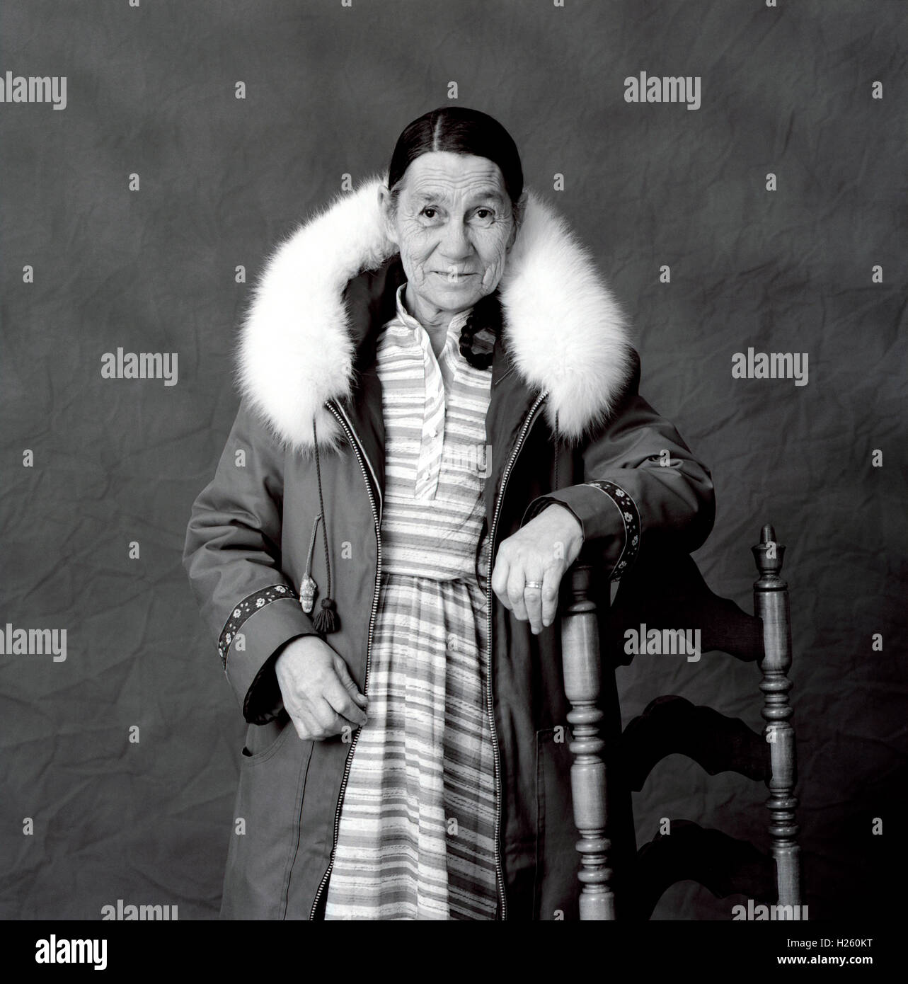 9138484d9998 Schwarzen   weißen Studio-Porträt einer Inuit-Frau tragen traditionellen  Kleidung, Iqaluit,