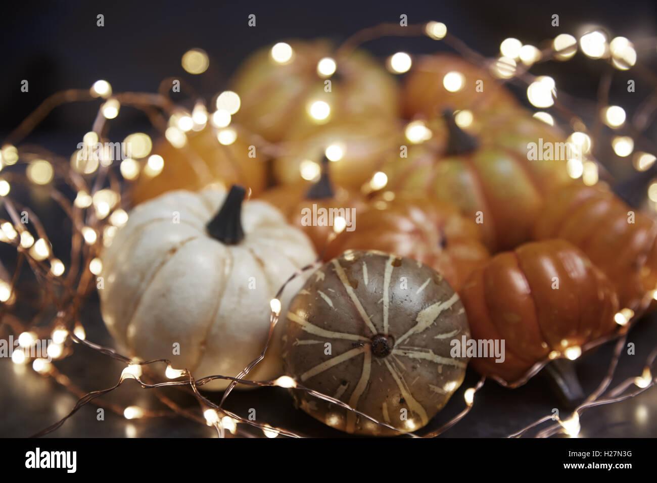 Halloween-Kürbisse mit elektrischer Beleuchtung Stockbild