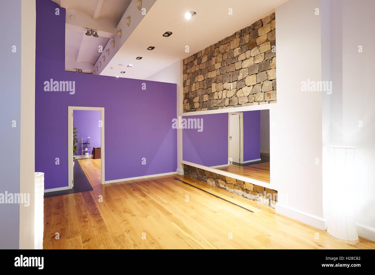 Spiegel Fitnessraum fitness studio indoor mit holzboden spiegel und stein wand stockfoto