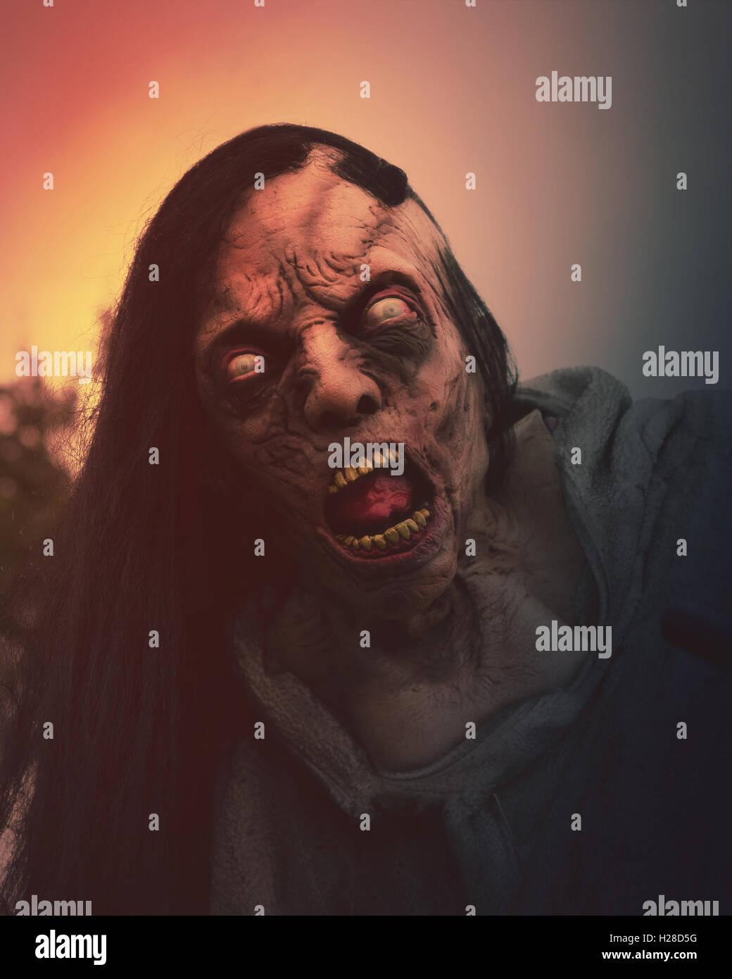 Eine Nahaufnahme von einem beängstigend Toten Zombie Momster außerhalb für Halloween, Angst oder Stockbild