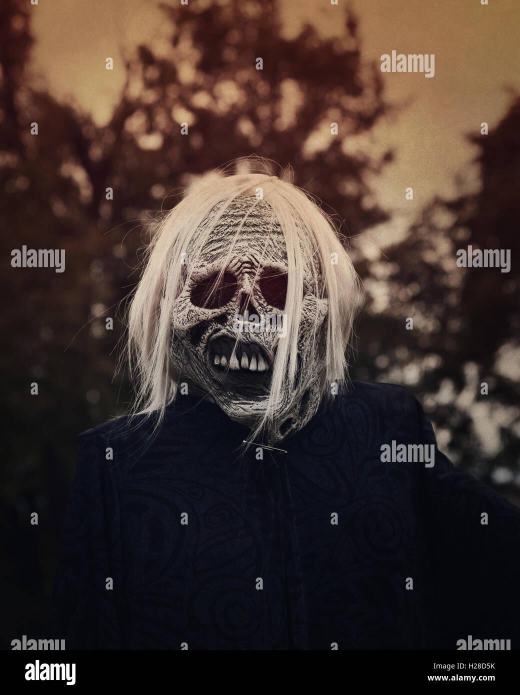 Ein weißer unheimlich Geist Zombie befindet sich außerhalb in der Nacht mit Bäumen im Hintergrund Stockbild