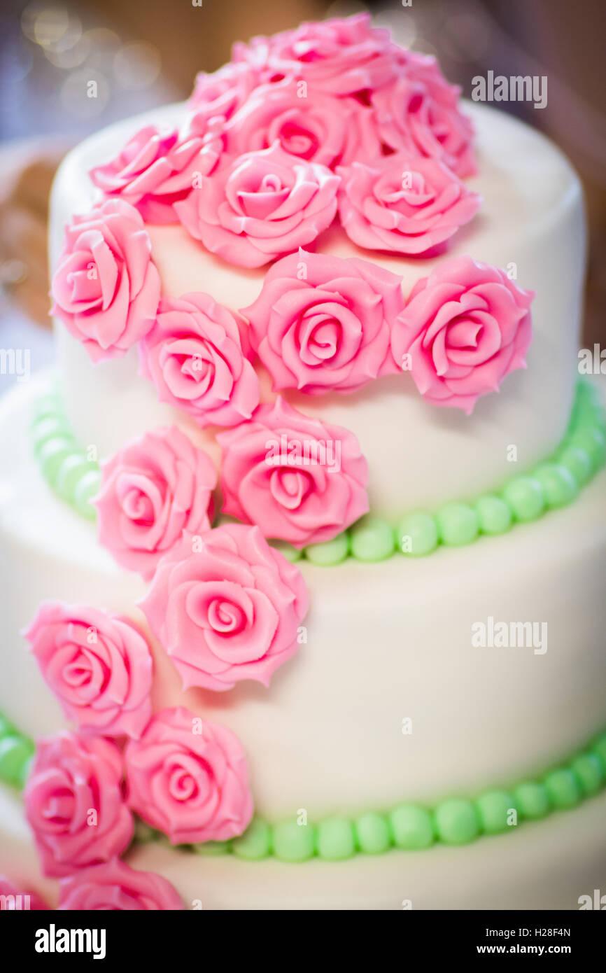 Eine Wunderschone Hochzeitstorte Dekoriert Mit Rosa Rosen Aus