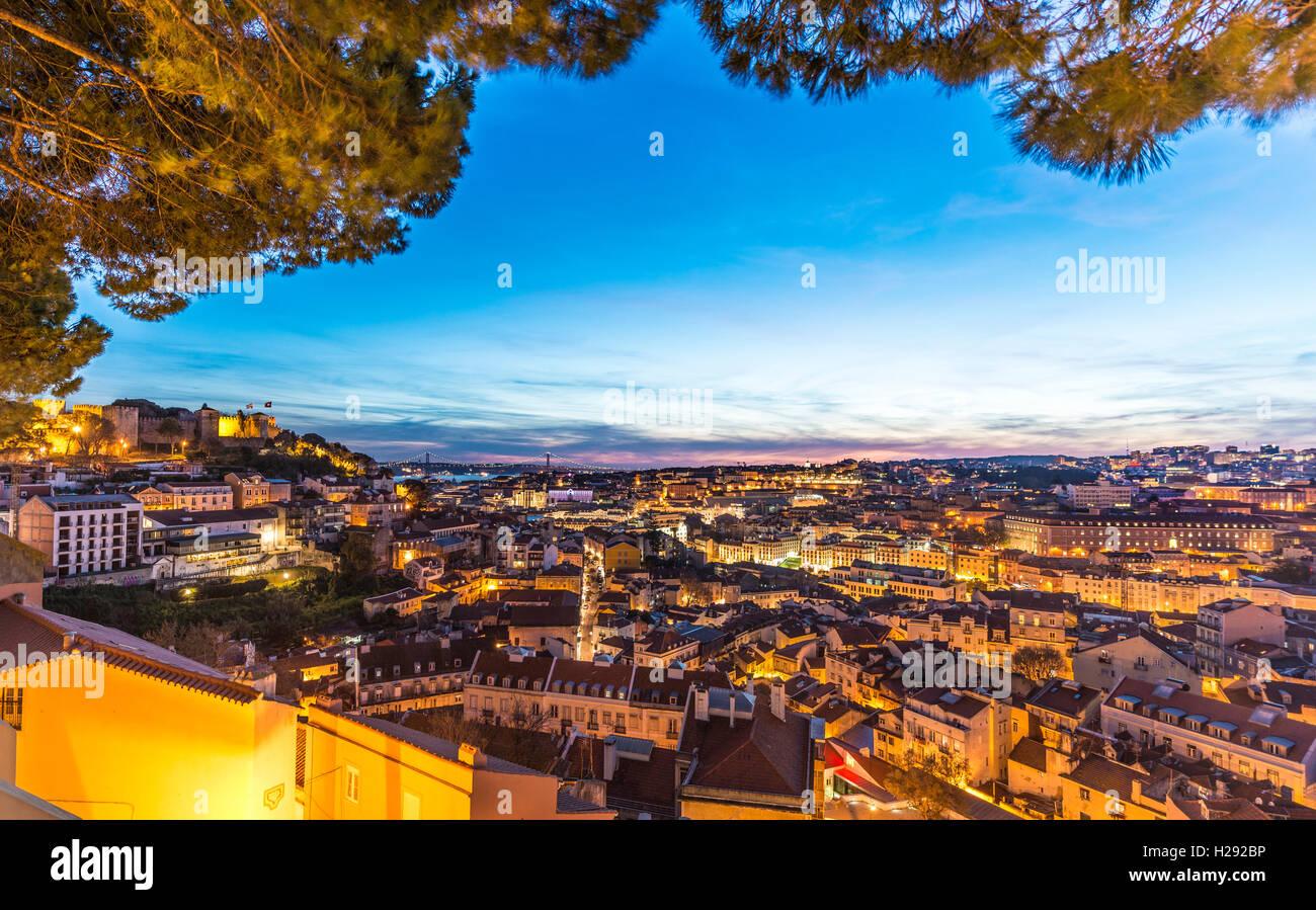 Blick über Lissabon, das Castelo de São Jorge in der Dämmerung, Graça Viewpoint, Lissabon, Portugal Stockbild