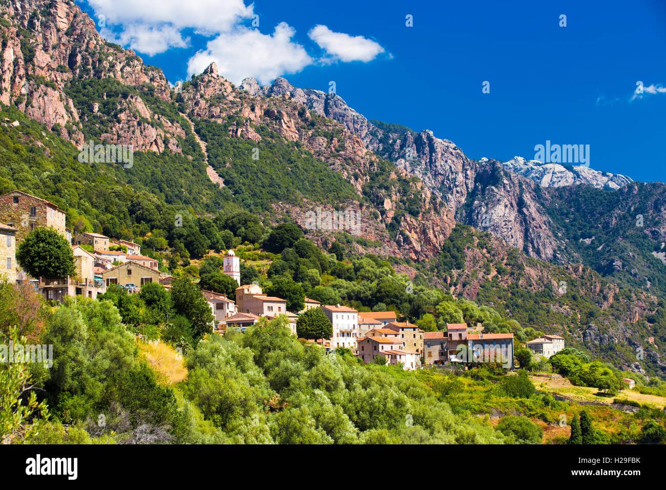OTA-Stadt mit den Bergen im Hintergrund in der Nähe von Evisa und Porto, Korsika, Frankreich. Stockbild