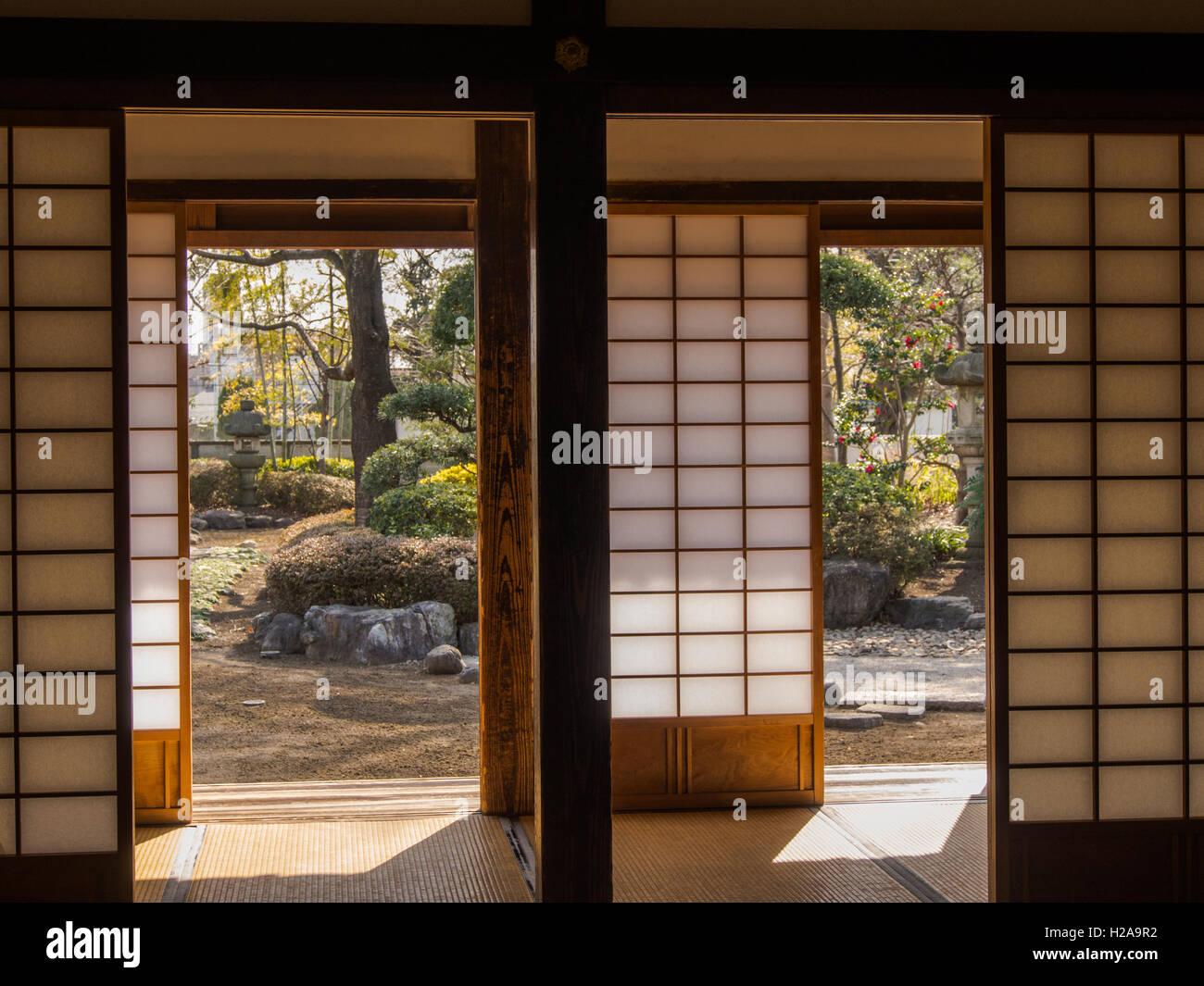 traditionelle japanische architektur blick aus zimmer mit tatami matten und shoji bildschirme. Black Bedroom Furniture Sets. Home Design Ideas