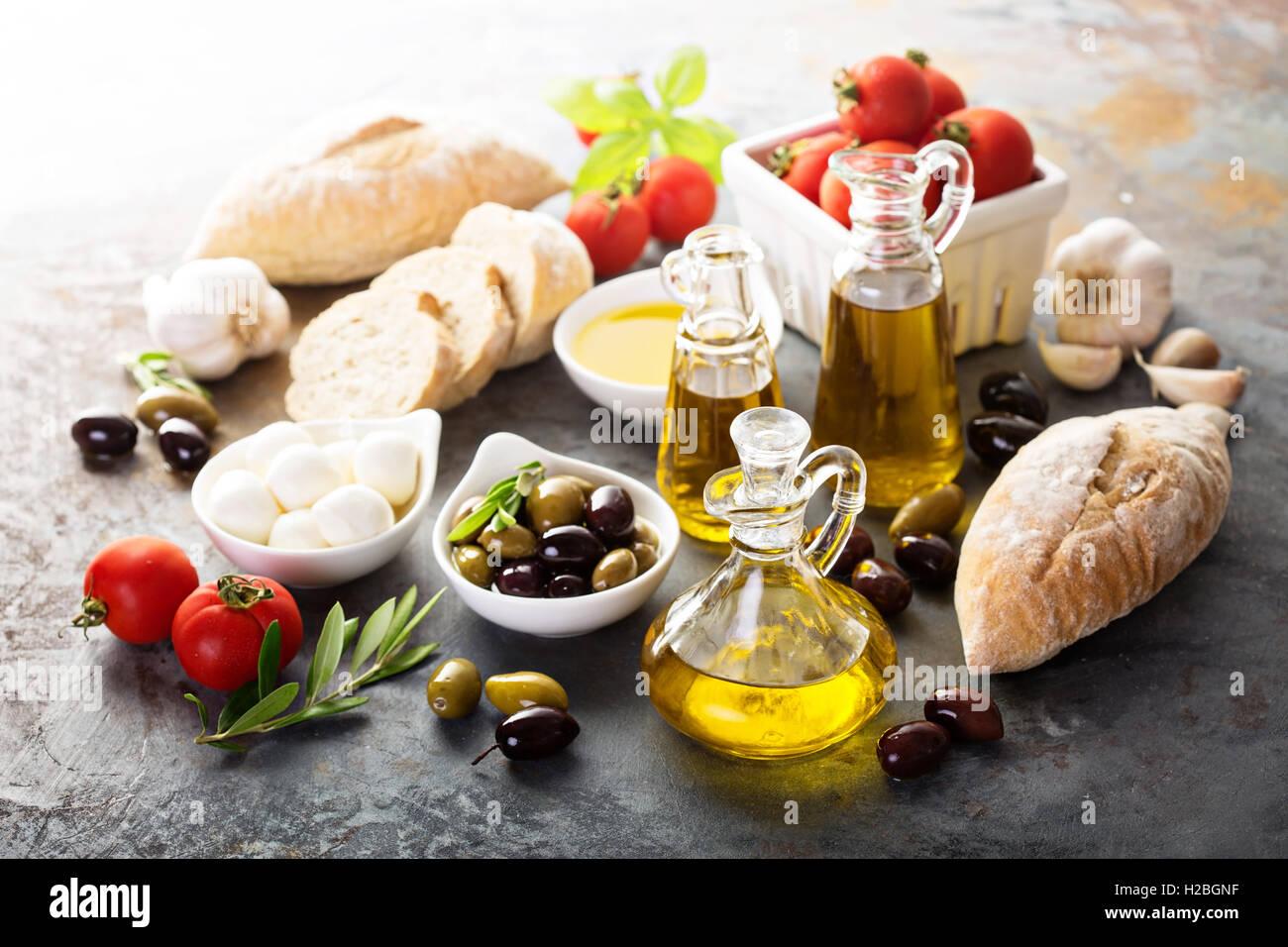 Olivenöl in Vintage-Flaschen und italienische Küche Zutaten Stockbild