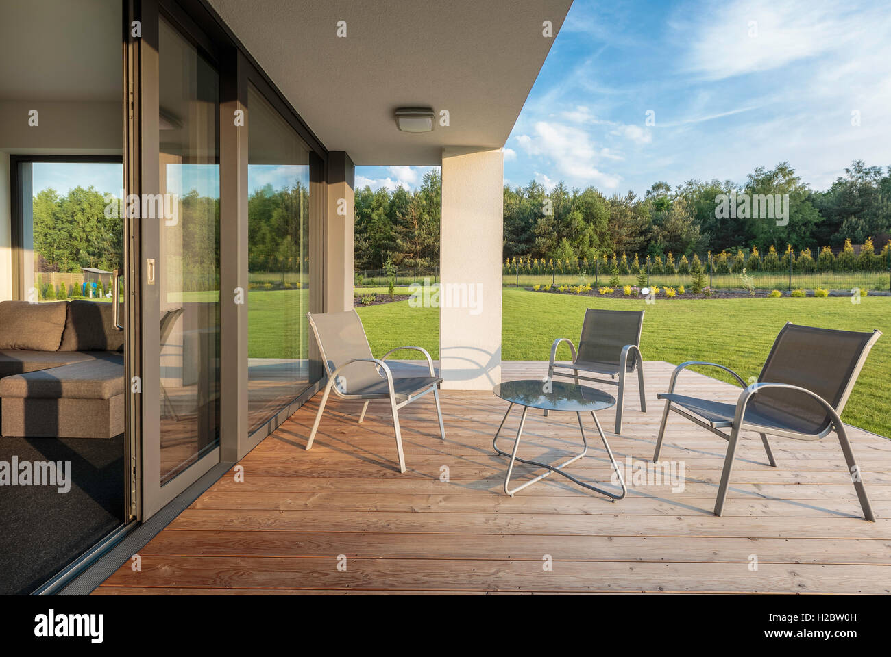 Stilvolle Terrasse Mit Holz Bodenbelag Und Blick Auf Den Garten