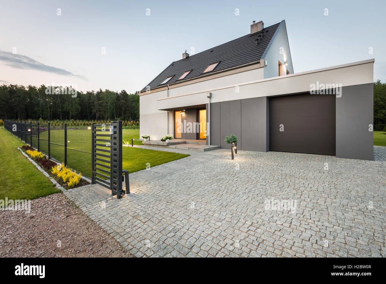 Stilvolle Villa Mit Garage Und Stein Einfahrt Zaun Aussenansicht